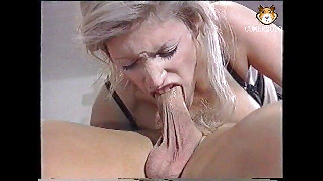 blonde wird gefangen von zwei hunks ficken alte weiber in strapsen anal