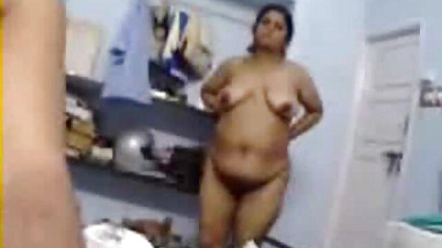 Winzige Blondine wird von einem großen fetten Schwanz in einer deutsche pornos mit alten weibern Sex-Schaukel geschlagen