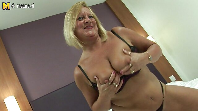 Busty Lady Clitorial alte weiber in nylon Orgasmus