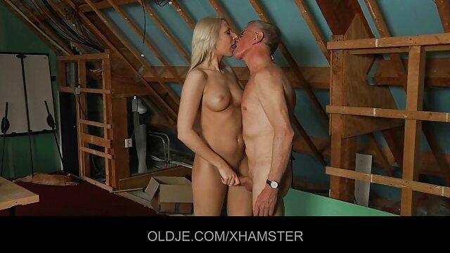 Heiße Blondine sex mit alten geilen frauen schiebt einen riesigen Dildo in ihre Muschi