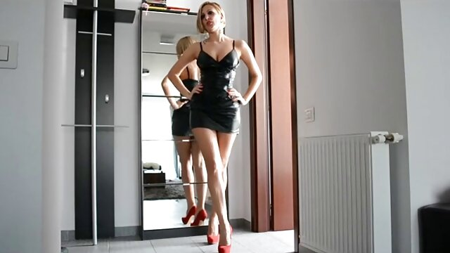 Böse brunete Assistent saugen Muskel-Skelett rasierte alte weiber